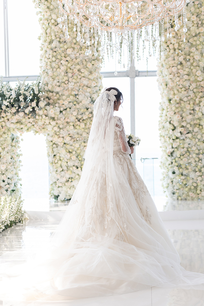 luxurious-blooming-wedding-white-hues_03x